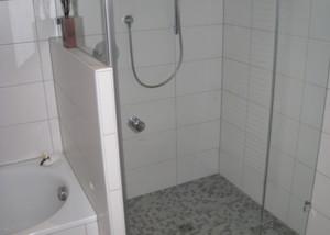 Bad mit bodengleicher Dusche mit Mosaikfliesen
