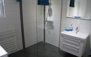 Bad mit bodengleicher Dusche / Duschrinne