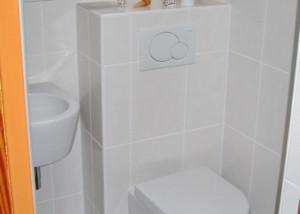 WC mit Vorwandelement und wandhängendem Objekt