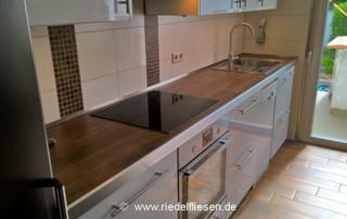 Küchen Arbeitsplatte mit großformatigen Fliesen in Holzoptik
