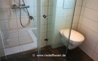 Duschbad mit Duschrinne und wandhängendem WC