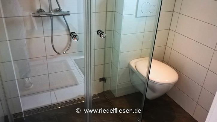 ... Duschbad Mit Duschrinne Und Wandhängendem WC ...