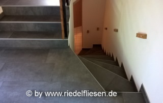 Bodenfliese 37x75cm grau, Wohnbereich mit Treppen