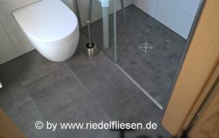 Badsanierung, Bodenfliese 37x75cm grau mit bodengleicher Dusche